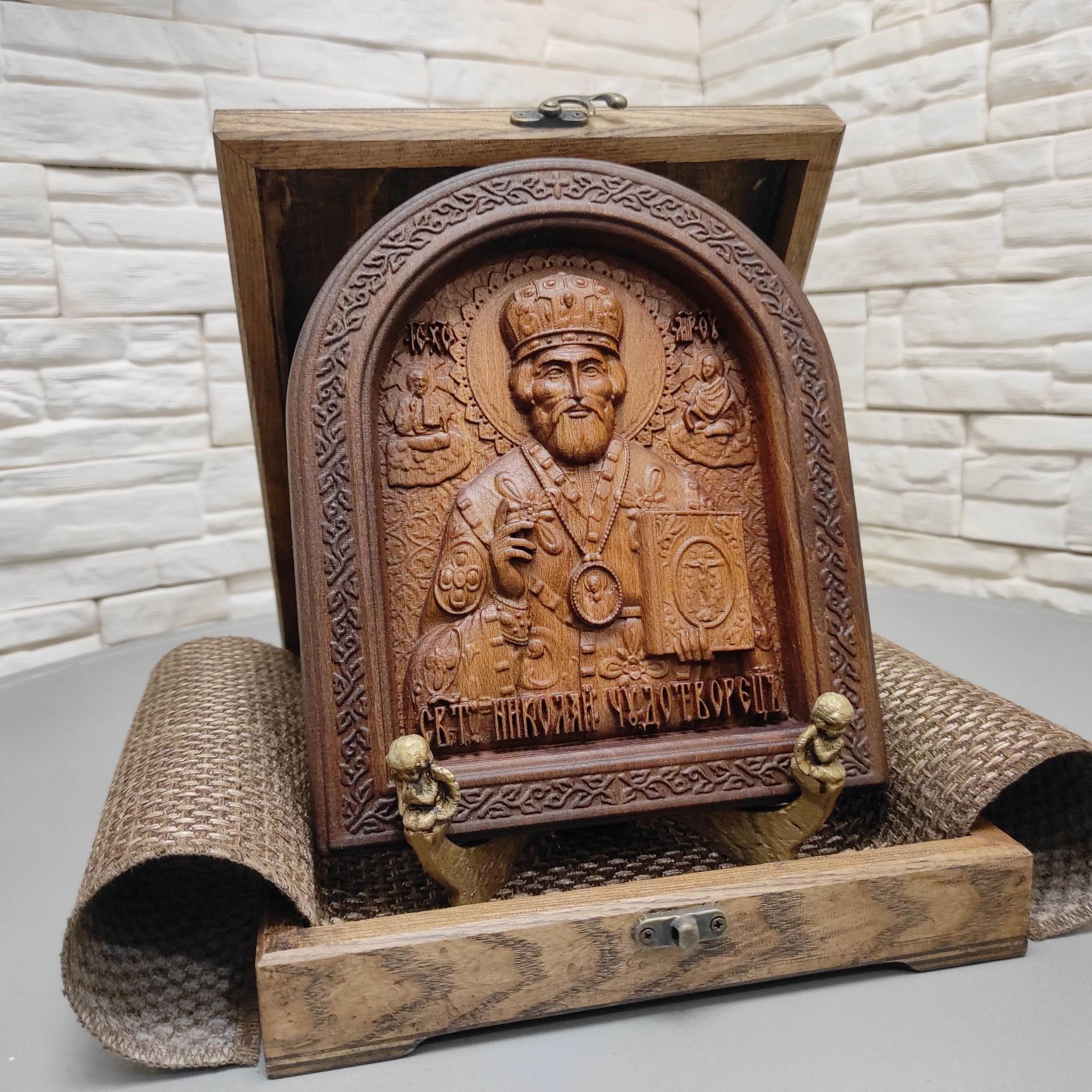 Резная икона Николая Чудотворца в округлой раме