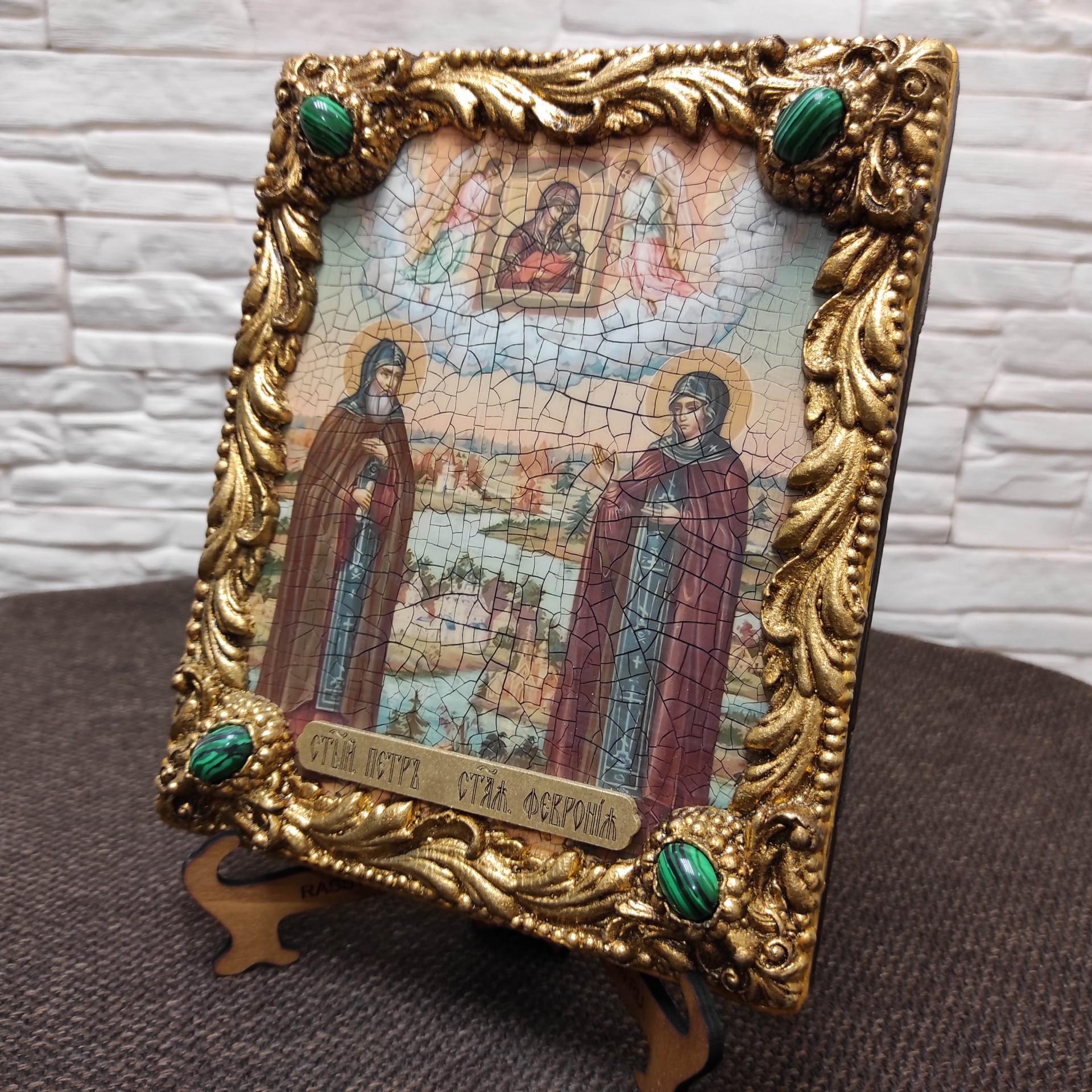 Фото иконы под старину Петра и Февронии с иглицами и зелеными камнями без футляра