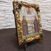 Фото иконы под старину Петра и Февронии с иглицами и зелеными камнями общий вид без коробки