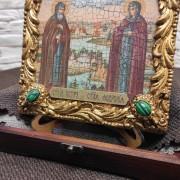 Фото иконы под старину Петра и Февронии с иглицами и зелеными камнями вид снизу с камнями зеленого цвета