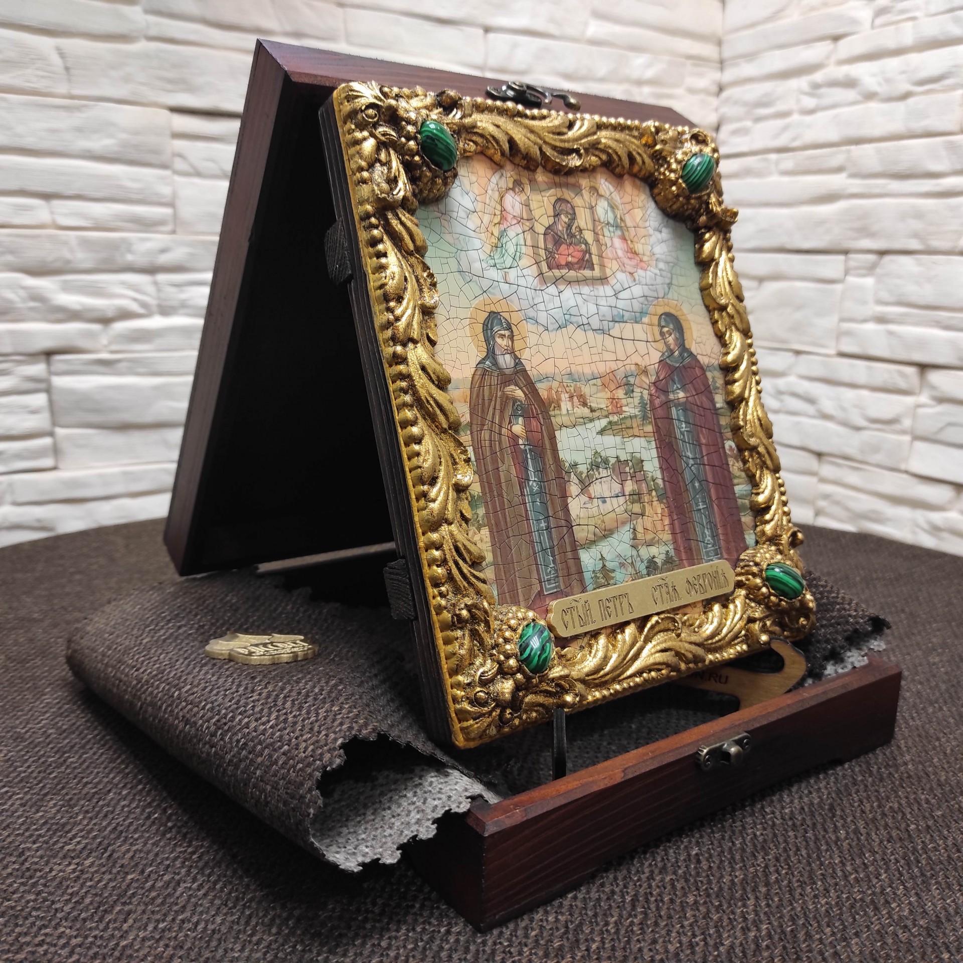 Фото иконы под старину Петра и Февронии с иглицами и зелеными камнями