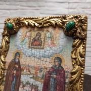 Фото иконы под старину Петра и Февронии с иглицами и зелеными камнями без футляра верх