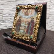 Фото иконы под старину Петра и Февронии с иглицами и зелеными камнями общий вид с коробкой