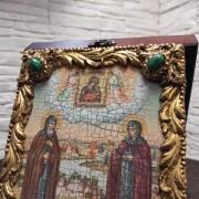 Фото иконы под старину Петра и Февронии с иглицами и зелеными камнями вид сверху с камнями зеленого цвета
