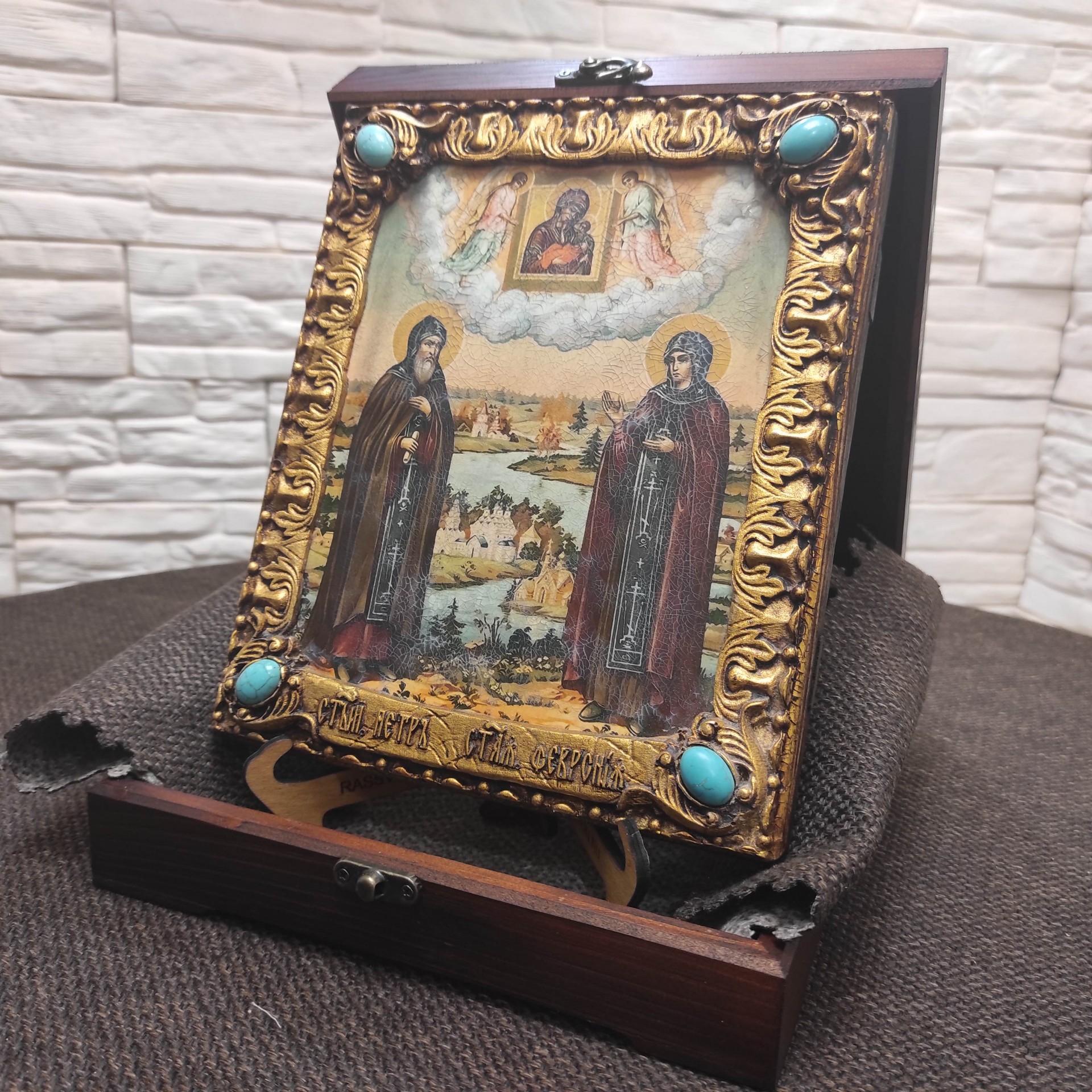 Фото подарочной иконы Петра и Февронии с иглицами и камнями сбоку