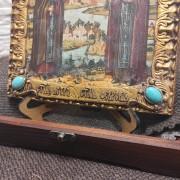 Фото подарочной иконы Петра и Февронии с иглицами и камнями снизу у камней