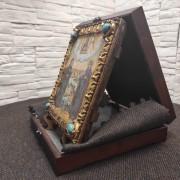Фото подарочной иконы Петра и Февронии с иглицами и камнями вид с деревянным футляром