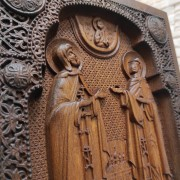 Фото резной иконы Петра и Февронии Муромских вид резьбы центр