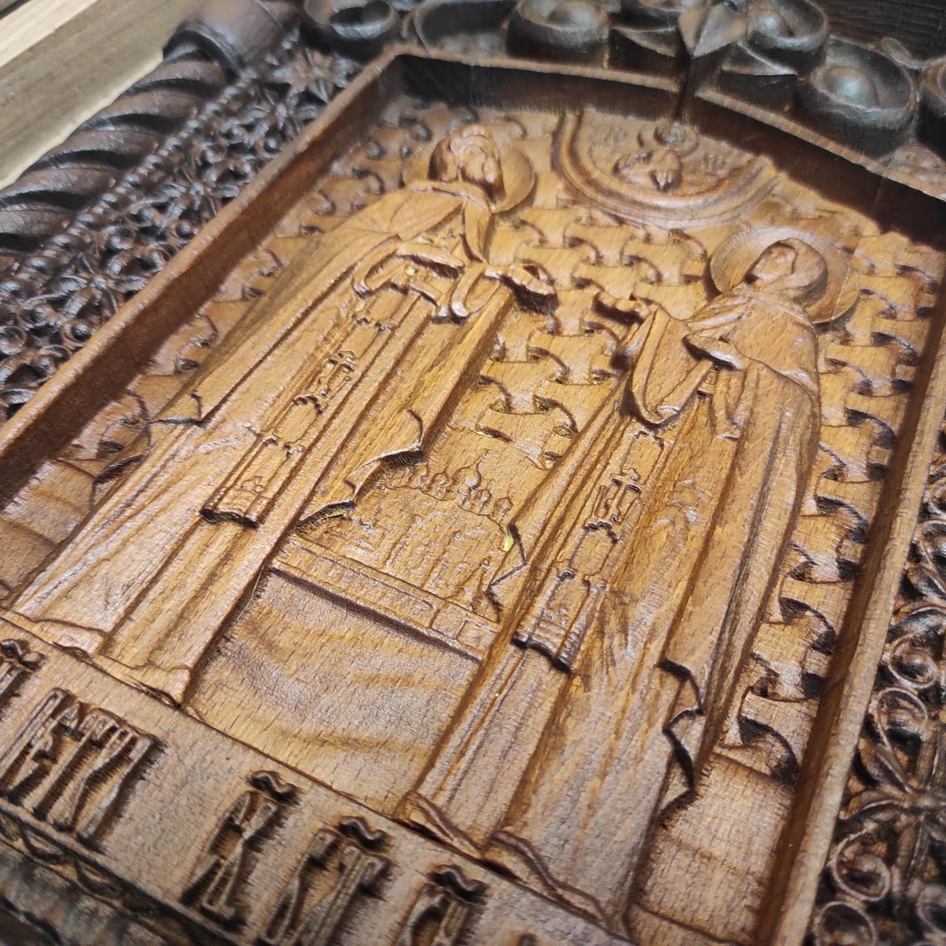 Фото резной уникальная икона Петра и Февронии Муромских 30 на 46 см с фронта под углом снизу