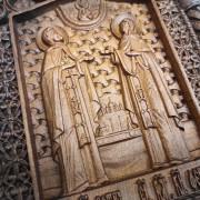 Фото резной уникальная икона Петра и Февронии Муромских 30 на 46 см с фронта под углом