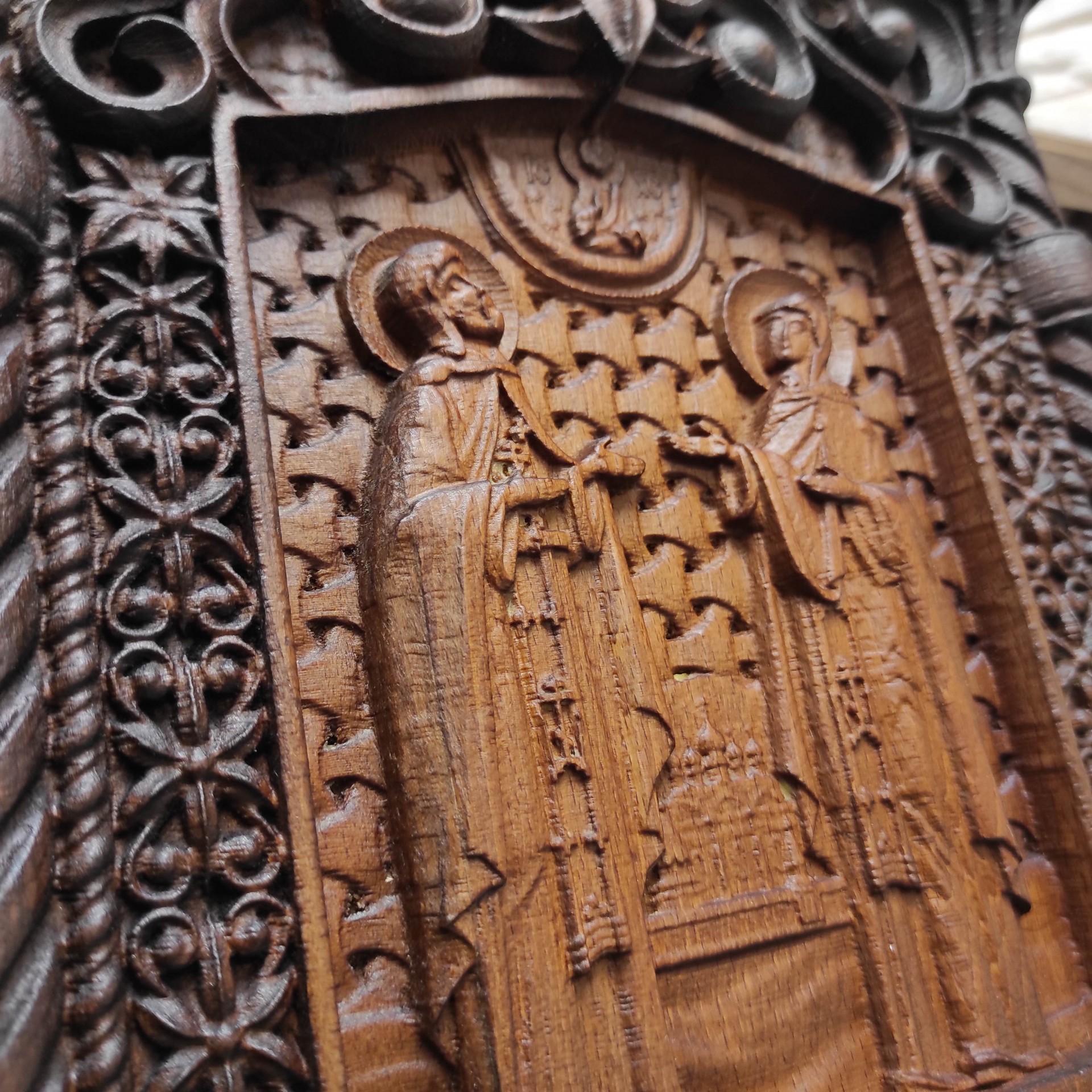 Фото резной уникальная икона Петра и Февронии Муромских 30 на 46 см центральная резьба