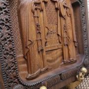 Фото резной иконы Петра и Февронии Муромских вид резьбы снизу