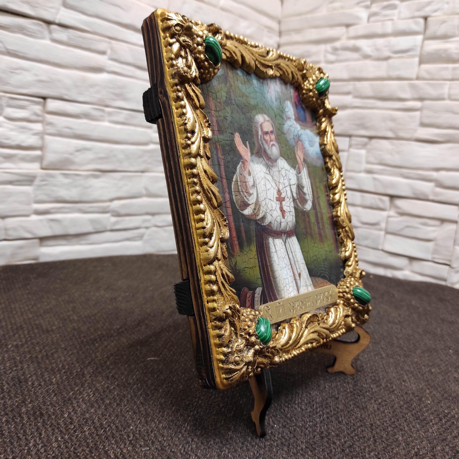 Фотография общий вид на подставке без футляра авторской иконы Серафима Саровского с камнями повернута