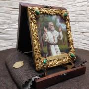 Фото в футляре авторской иконы Серафима Саровского с камнями на подставке