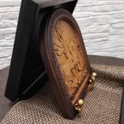 Фотография в деревянном футляре спереди резной иконы Чудо Святого Георгия о змии (Георгий Победоносец)