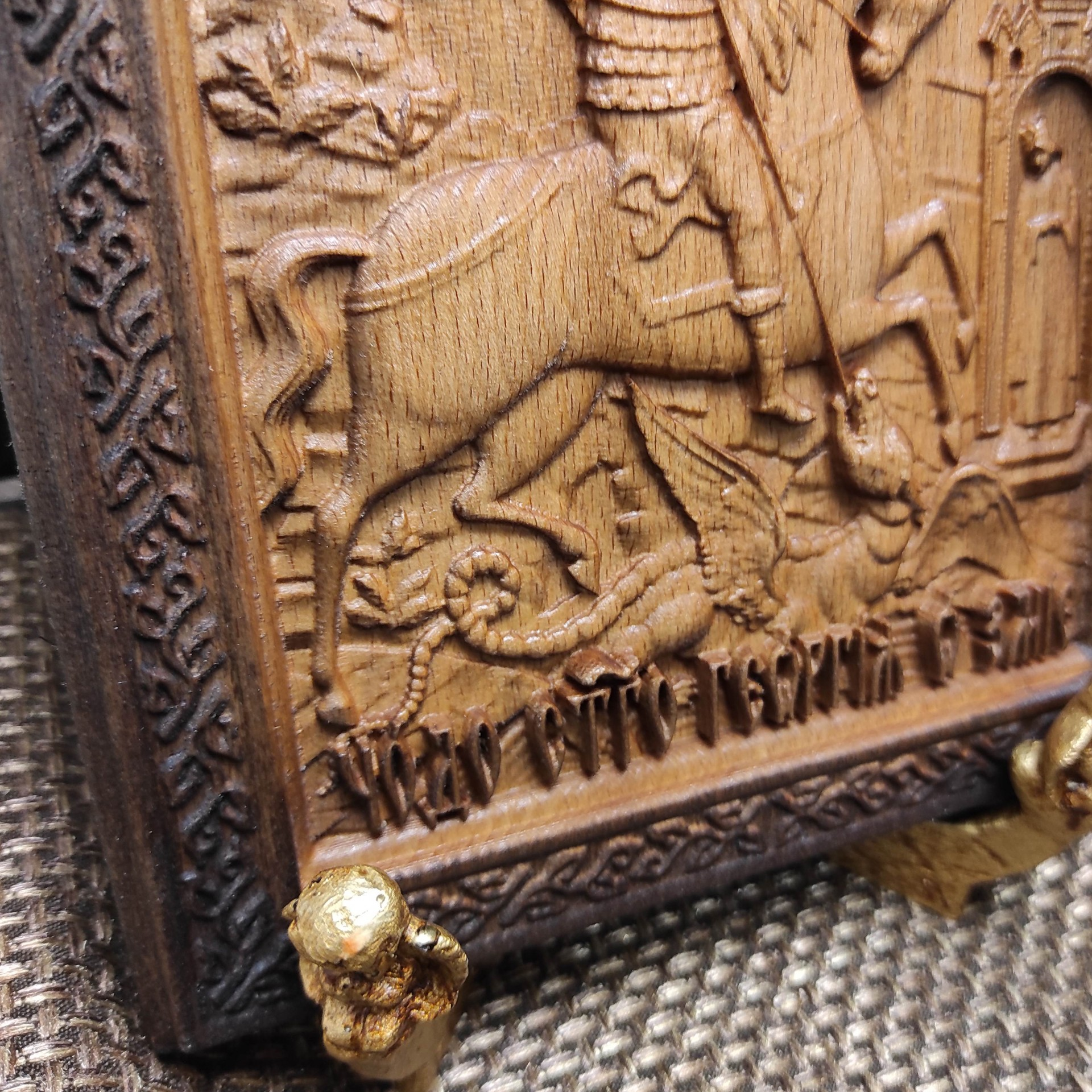 Фотография низа левого бока резной иконы Чудо Святого Георгия о змии (Георгий Победоносец)