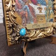 фото нижнего левого угла с камнем иконы Троица Рублева вид под наклоном