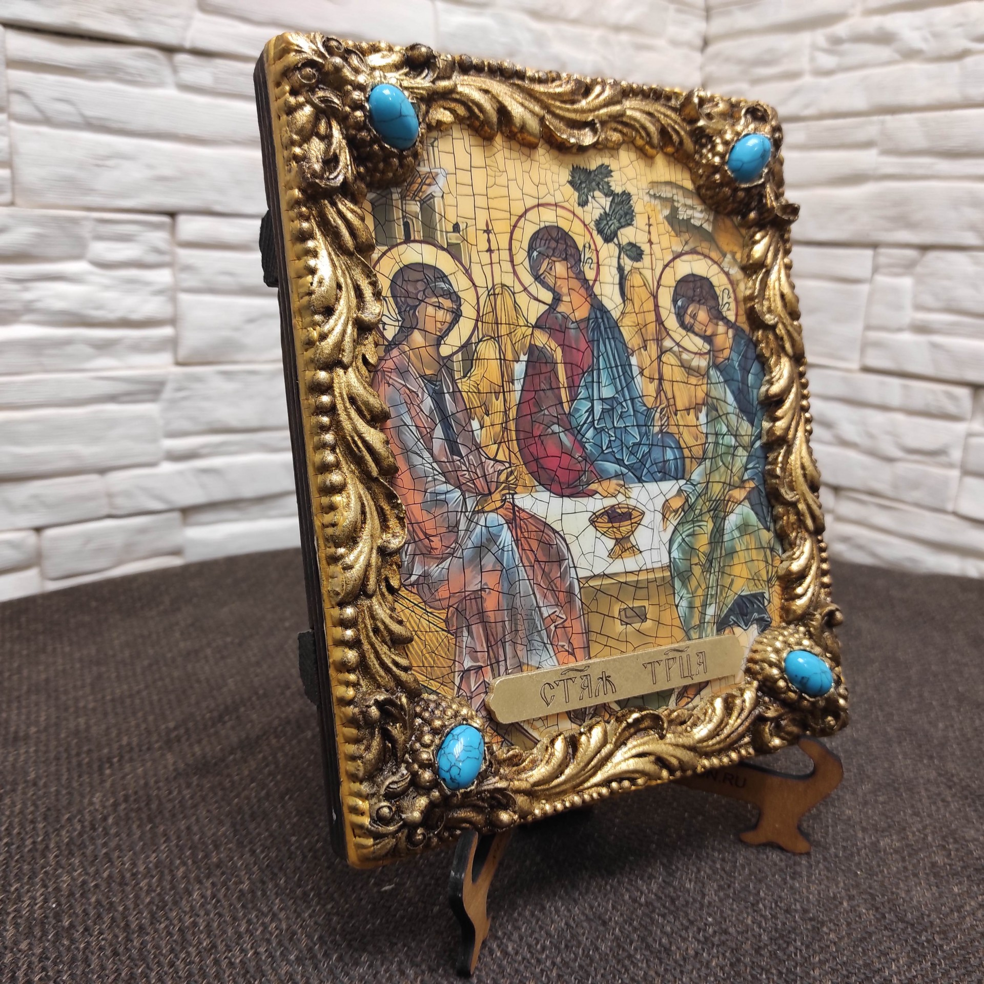 Общая фотография сбоку иконы Троица Рублева вид под наклоном