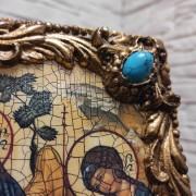 Фото правого верхнего угла с камнем иконы Троица Рублева вид под наклоном