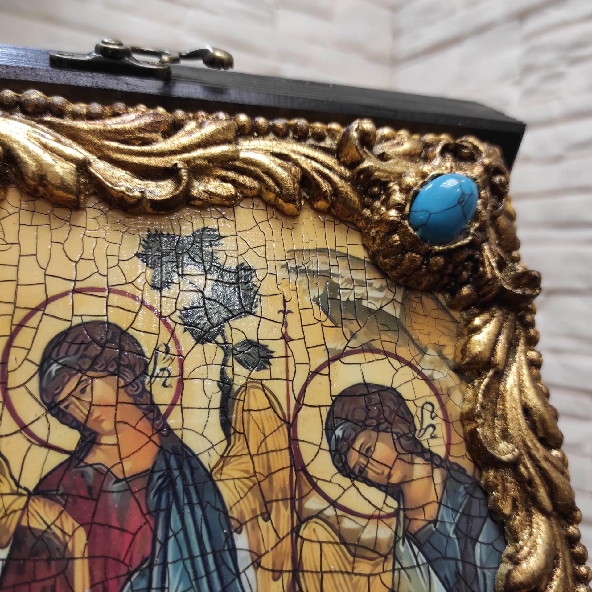 Фото правый верхний угол иконы Троицы с иглицами и камнями