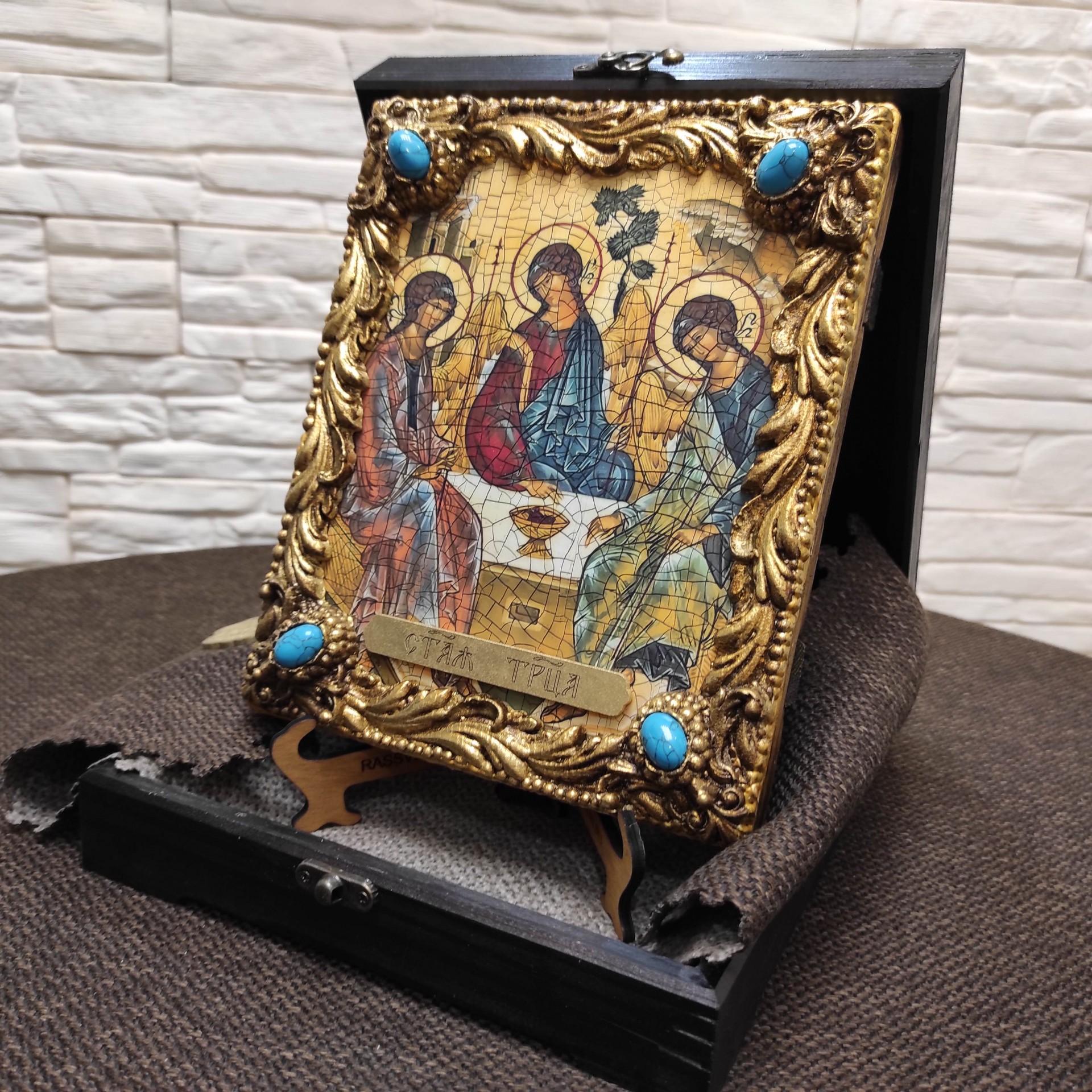 Фотография иконы под старину Троицы с иглицами и камнями