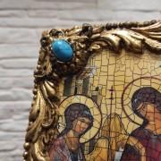 Фото левого верхнего угла с камнем иконы Троица Рублева вид под наклоном