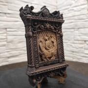 Фото маленькая резная икона святой Троицы вид на подставке с другого ракурса