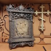Фото маленькая резная икона святой Троицы