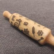 Фото скалки с узорами матрешек и колосьев